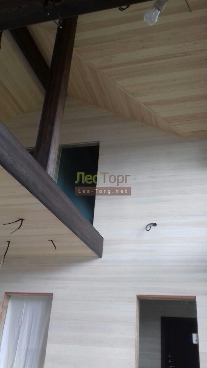 Стены и потолки отделанные Браширрованной Вагонкой Штиль из Сибирской (Ангарской) Сосны.