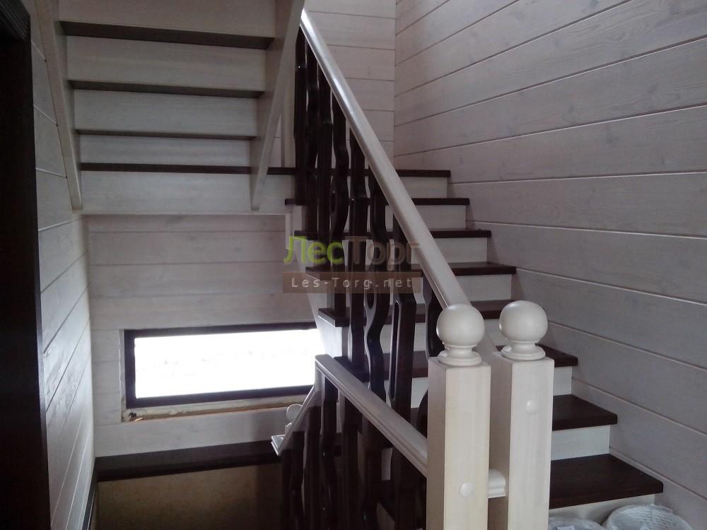 Лестница и ограждение в загородном брусовом доме сделаны из массива Лиственницы
